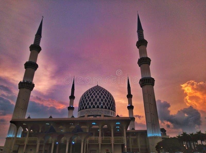 Mezquita del Sultán Salahuddin Abdul Aziz Shah o también conocida como mezquita azul. La mezquita más grande de Malasia imagen de archivo