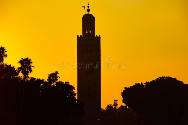 Mezquita en el cuadrado famoso durante puesta del sol, Marrakesh, Marruecos, África del EL Fna de Jemaa fotos de archivo