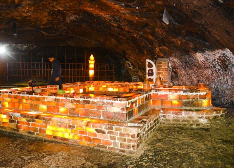 Mezquita hecha de ladrillos de la sal dentro de la mina de Khewra fotografía de archivo