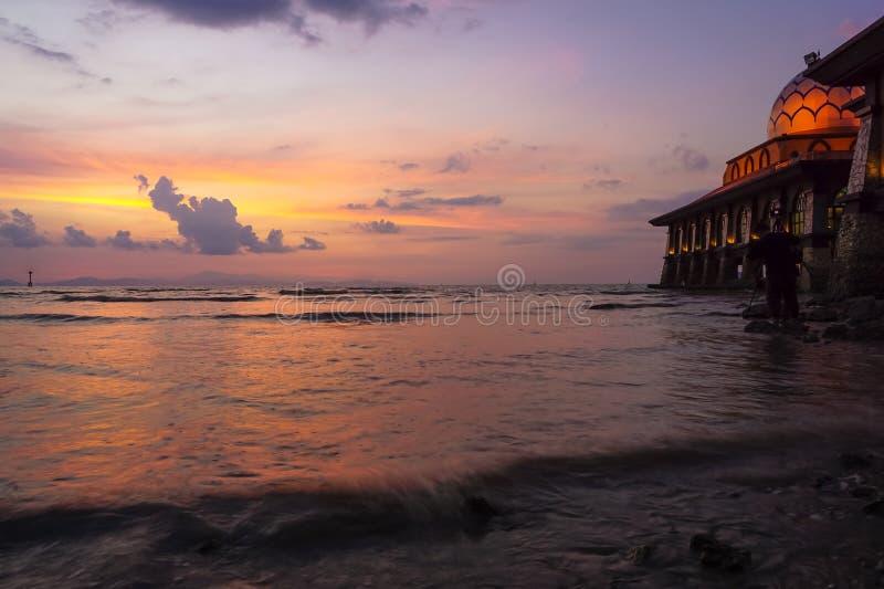 Mezquita hermosa con paisaje de la puesta del sol foto de archivo