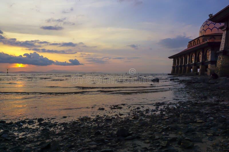 Mezquita hermosa con paisaje de la puesta del sol imagen de archivo libre de regalías