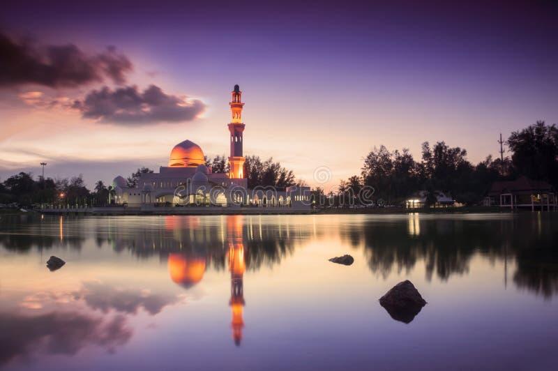 Mezquita hermosa en puesta del sol gloriosa imagen de archivo libre de regalías