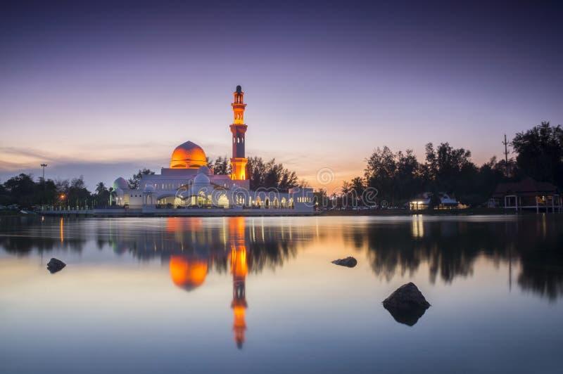 Mezquita hermosa en puesta del sol gloriosa fotos de archivo