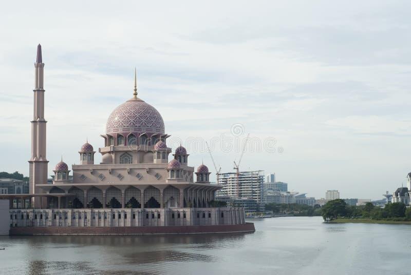 Mezquita hermosa en Putrajaya foto de archivo