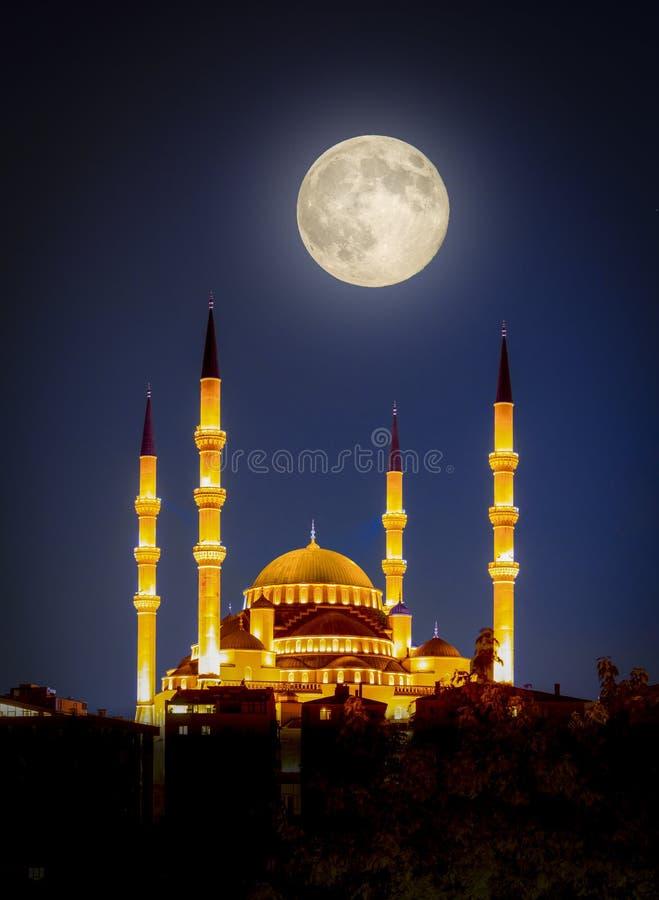 Mezquita Kocatepe de noche con luna llena, Ankara, Turquía foto de archivo libre de regalías