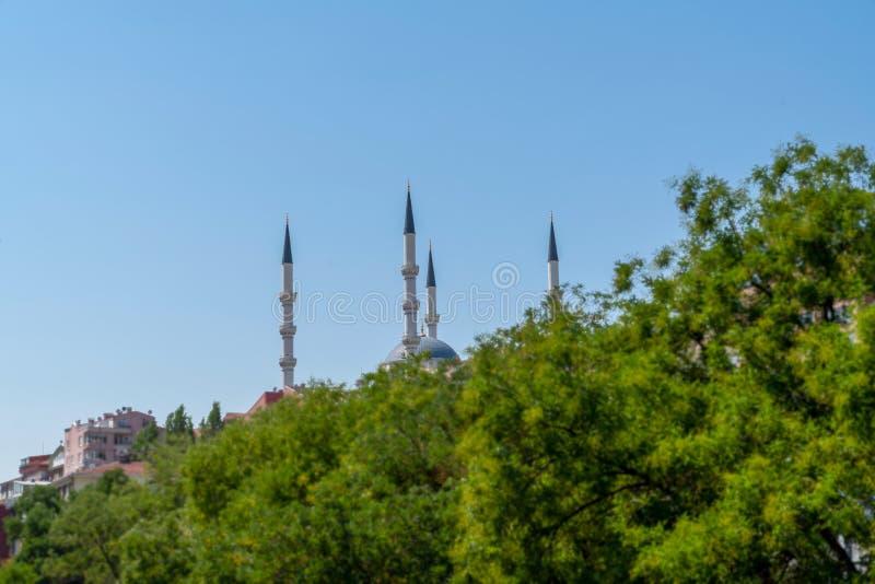 Mezquita Kocatepe detrás de árboles verdes, Ankara, Turquía fotos de archivo