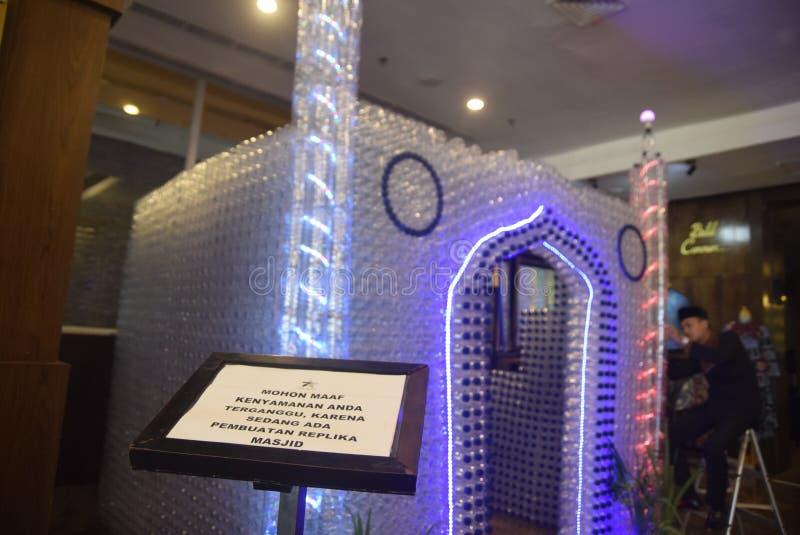 Mezquita miniatura de las botellas usadas fotografía de archivo libre de regalías