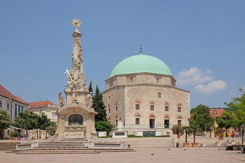 Mezquita Qazim y obelisco en Pecs Hungría imagen de archivo libre de regalías