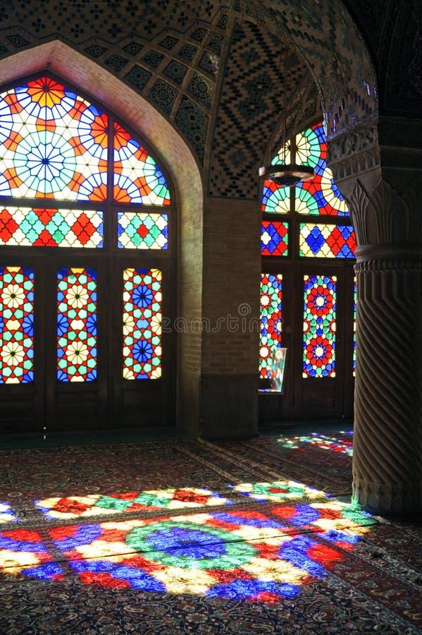 Mezquita tradicional de la mezquita de Nasir-ol-Molk del persa o de la mezquita rosada en Shiraz Iran en la fachada del vidrio de foto de archivo libre de regalías