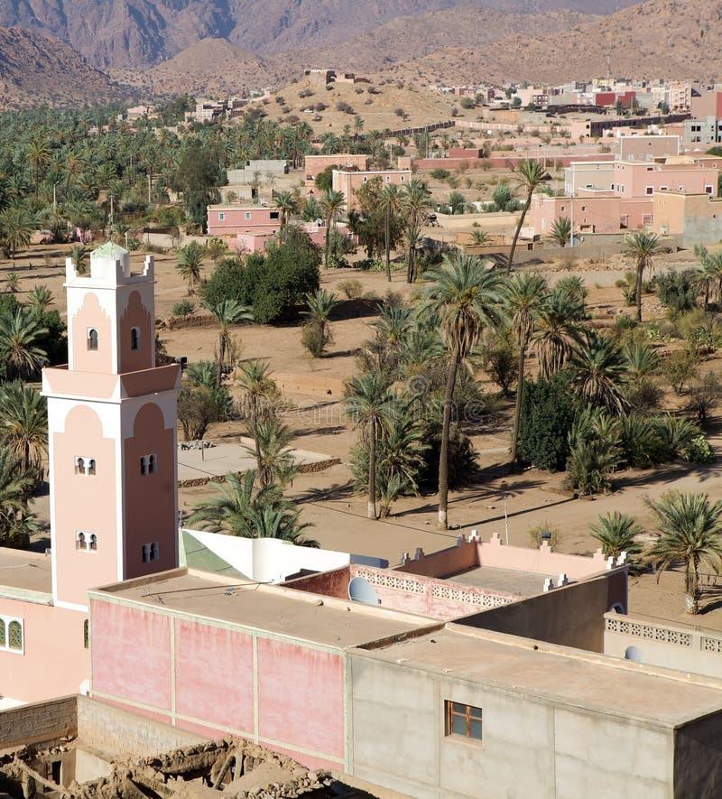 Mezquita y aldea foto de archivo