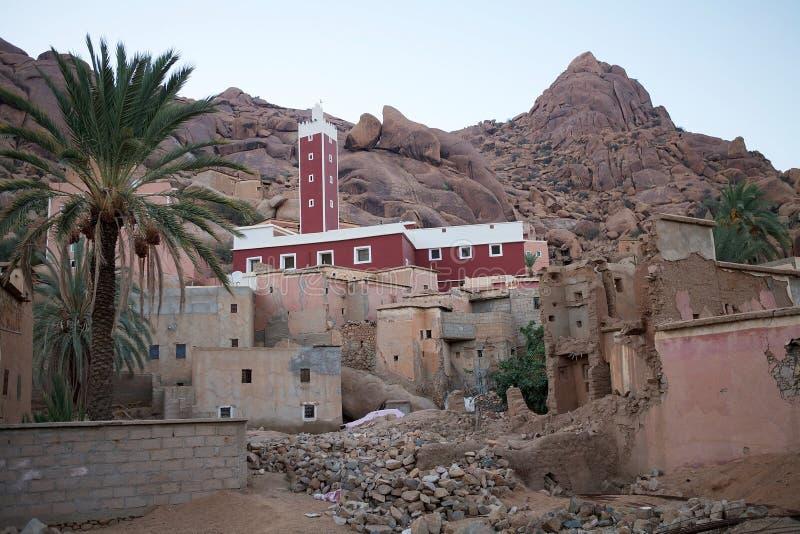 Mezquita y aldea fotos de archivo