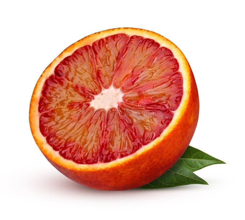 Mezza arancia sanguigna rosso sangue con le foglie isolate su fondo bianco fotografie stock libere da diritti
