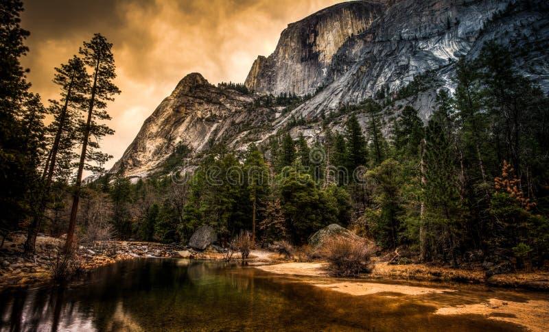 Mezza cupola sopra il lago mirror, parco nazionale di Yosemite, California fotografia stock