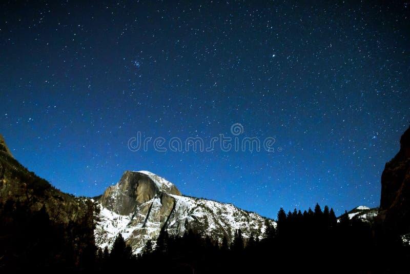 Mezza cupola a Yosemite su un chiaro, stellato, notte di inverno fotografia stock