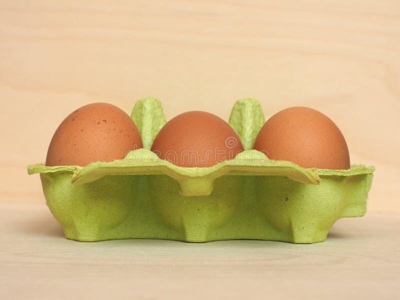 mezza dozzina di uova di cartone fotografie stock