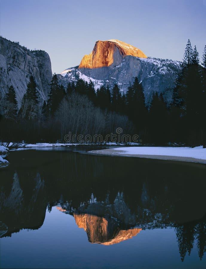 Mezza luce di inverno di tramonto della cupola di parco nazionale di Yosemite fotografia stock libera da diritti