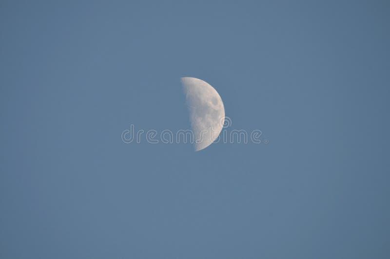 Mezza luna in cielo di giorno immagini stock libere da diritti