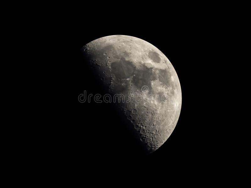 Mezza luna nei precedenti scuri del cielo fotografie stock