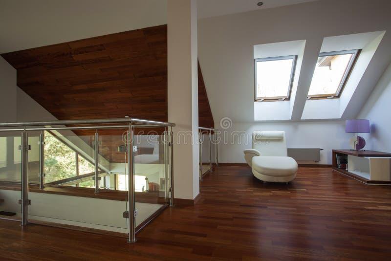 mezzanine dans une maison moderne photographie stock libre de droits image 27138057. Black Bedroom Furniture Sets. Home Design Ideas