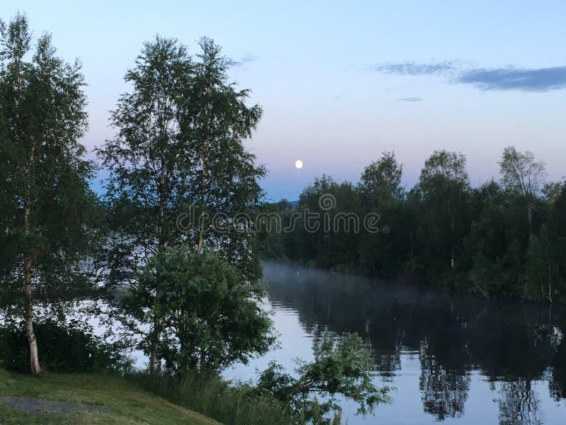 Mezzanotte nel Nord della Svezia, Randijaur fotografia stock