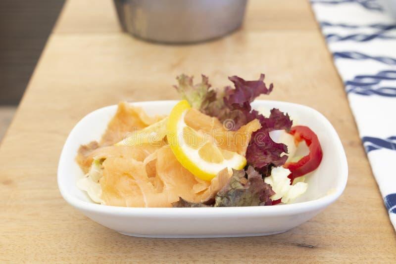 Mezze méditerranéen de poissons de saumons fumés sur le bois images libres de droits