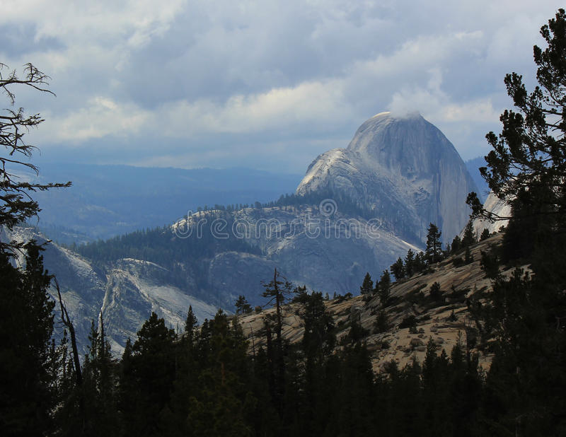 Mezze nuvole di tempesta della cupola di Yosemite immagini stock