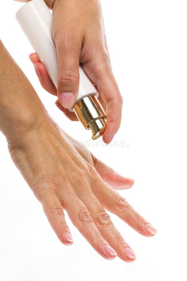 Mezzi del cosmetico in mani della donna fotografie stock libere da diritti