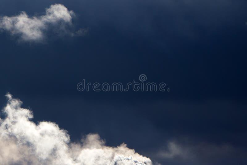 Mezzi nuvole e cielo blu nel giorno soleggiato immagine stock