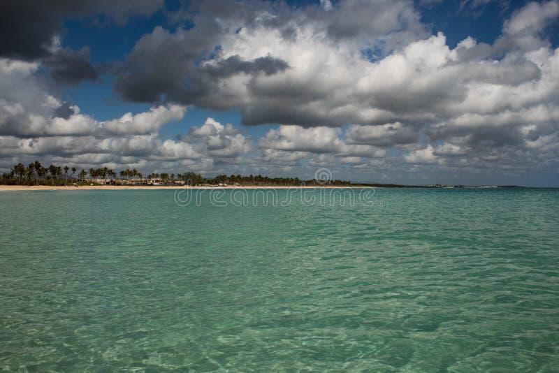 In mezzo ad un mare caraibico di stupore, verde e del turchese; acqua trasparente, paradiso tropicale Playa Macaro, Punta Cana, fotografia stock libera da diritti
