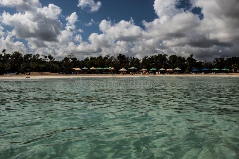 In mezzo ad un mare caraibico di stupore, verde e del turchese; acqua trasparente, paradiso tropicale Playa Macaro, Punta Cana, immagini stock