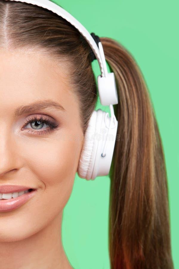 Mezzo fronte di musica d'ascolto della ragazza graziosa fotografia stock libera da diritti