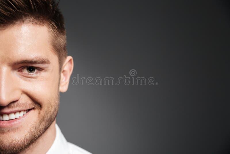 Mezzo fronte di un uomo bello che esamina macchina fotografica fotografia stock