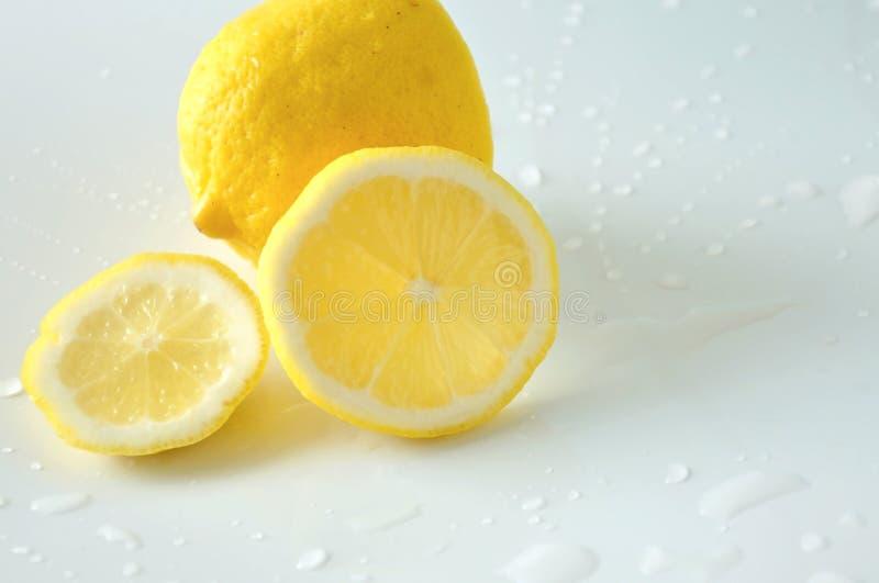 Mezzo pezzo alto vicino di limone fresco immagini stock libere da diritti