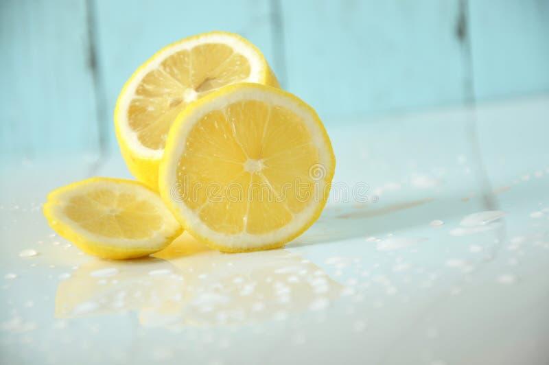Mezzo pezzo alto vicino di limone fresco su fondo bianco fotografie stock libere da diritti
