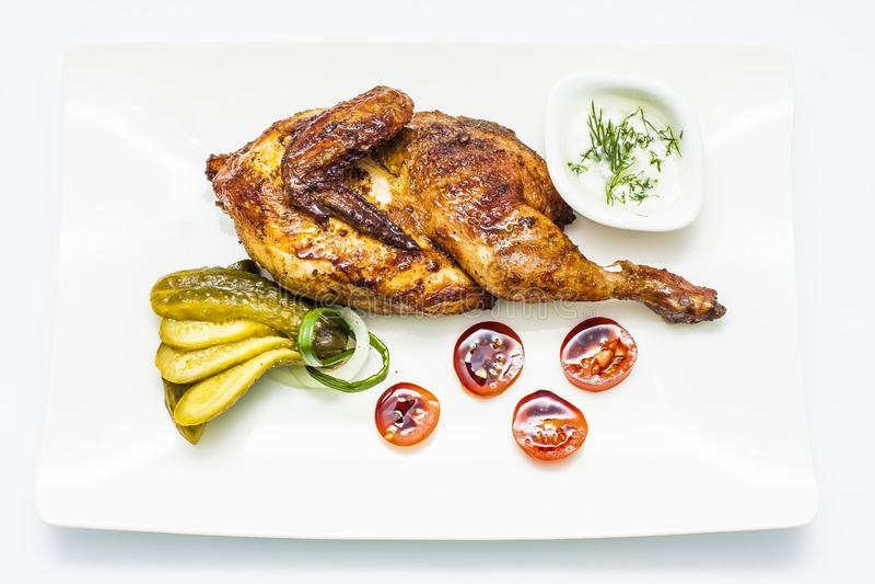 Mezzo pollo del miele con la cipolla, i pomodori, il cetriolo, il verde ed il luccio fotografia stock libera da diritti