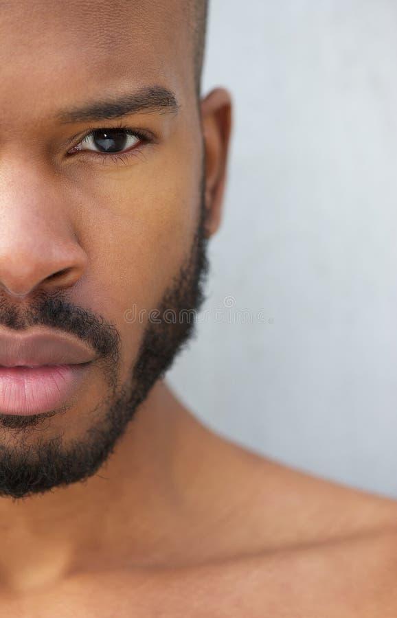 Mezzo ritratto del fronte di giovane uomo afroamericano bello fotografia stock