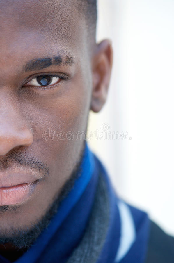 Mezzo ritratto del fronte di un uomo afroamericano fotografia stock