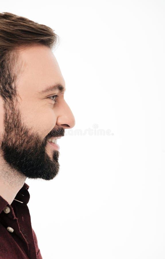 Mezzo ritratto del fronte di vista laterale di un uomo barbuto sorridente immagini stock libere da diritti