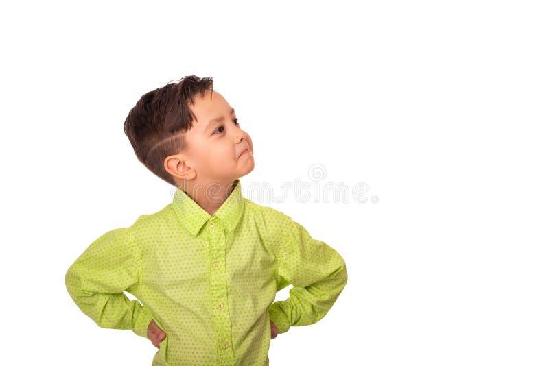 Mezzo ritratto dello studio di lunghezza del ragazzo sorridente del biondo con le mani sulle anche che portano camicia verde, iso fotografia stock libera da diritti