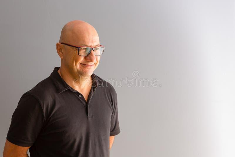 Mezzo ritratto di giro dell'uomo audace adulto fotografia stock