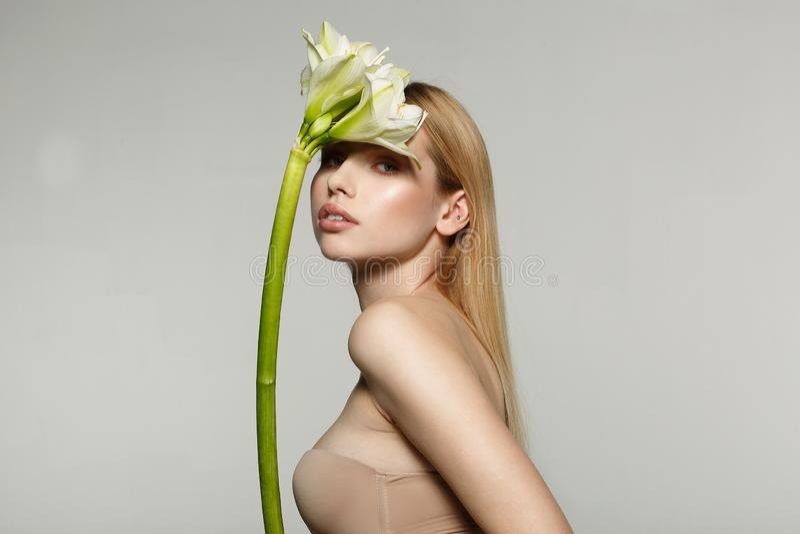 Mezzo ritratto di lunghezza di bella giovane, donna fresca e in buona salute con pelle perfetta immagini stock libere da diritti