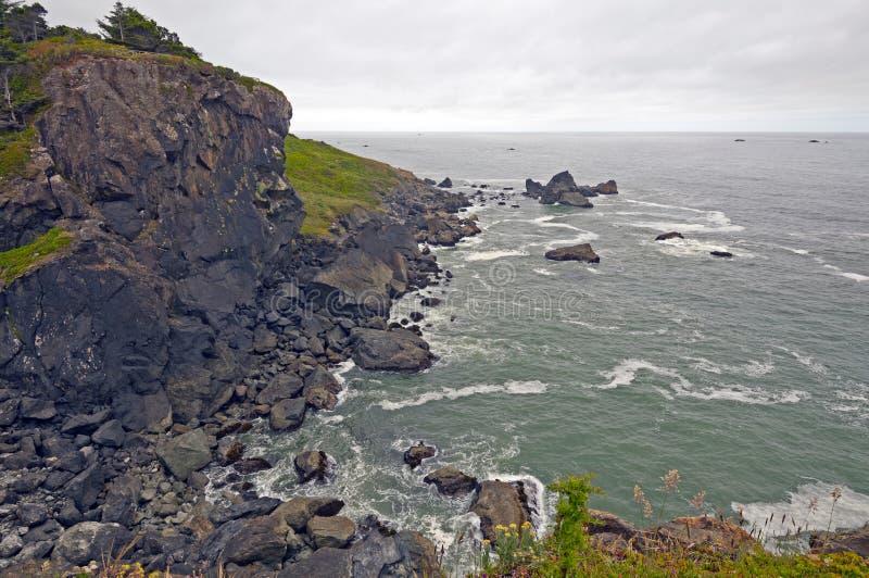 Mgła i chmury na nabrzeżnych skałach obrazy stock