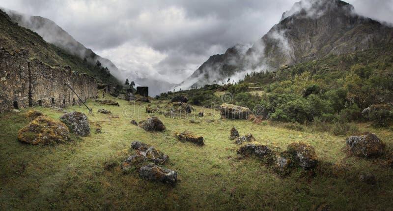 Mgła i deszcz przy Qolqas Penas w Peruwiańskich górach, Cuzco departement, Peru obraz royalty free
