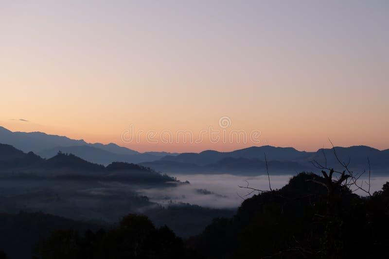 Mgła i góra obraz royalty free