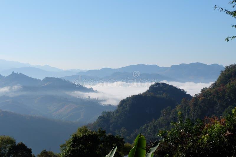 Mgła i góra obrazy royalty free