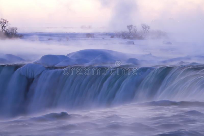 Mgła i mgła przy Niagara Spadamy na zima ranku obraz stock
