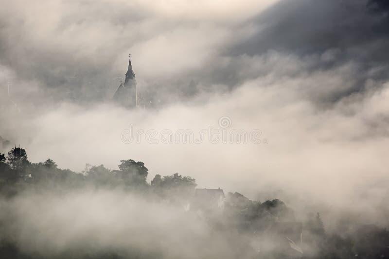 Mgła nad średniowiecznym miastem Brasov zdjęcia stock