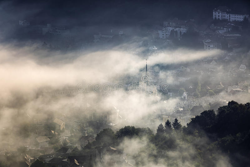 Mgła nad średniowiecznym miastem Brasov fotografia stock