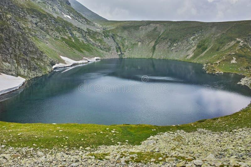 Mgła Nad Cynaderki jeziorem Siedem Rila jezior zdjęcia royalty free