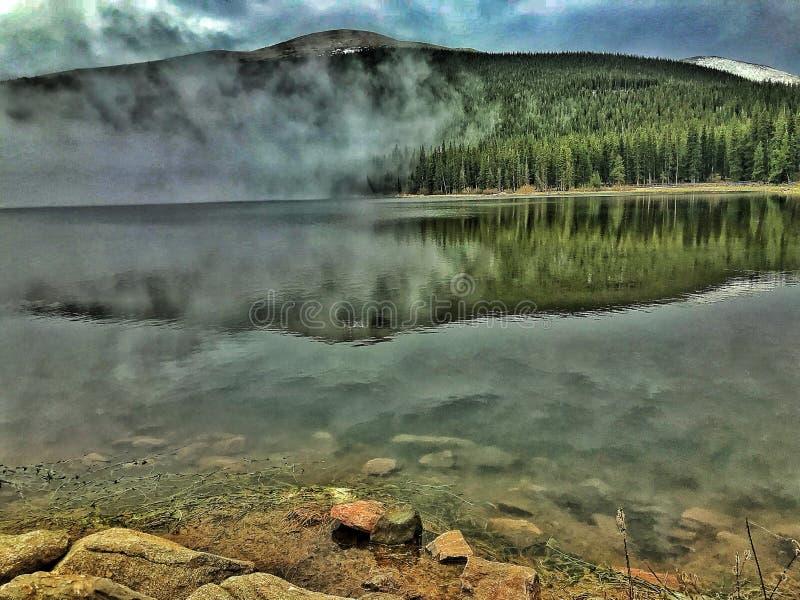mgła nad jezioro zdjęcia stock